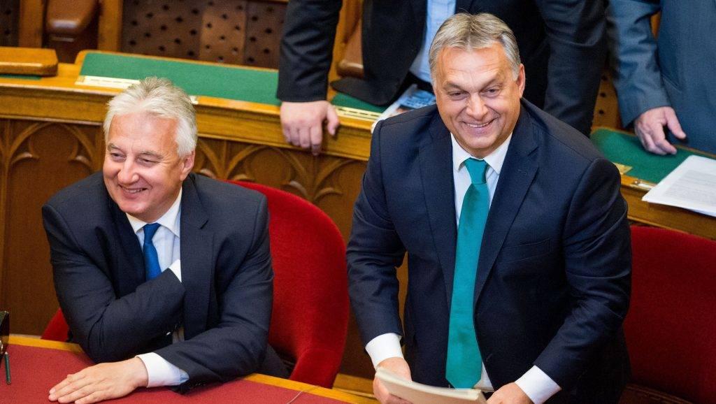 Budapest, 2017. október 9. Orbán Viktor miniszterelnök (j) és Semjén Zsolt nemzetpolitikáért felelõs miniszterelnök-helyettes az Országgyûlés plenáris ülésén 2017. október 9-én. MTI Fotó: Balogh Zoltán