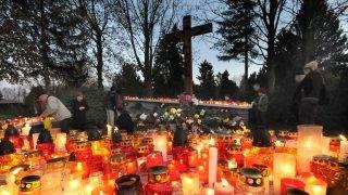 Szombathely, 2008. november 1. Mécseseket és gyertyákat gyújtanak mindenszentek ünnepe estéjén a szombathelyi Jáki úti temetõ keresztjénél. Mindenszentek ünnepén, november 1-jén a szentekre, november 2-án, halottak napján pedig az elhunytakra emlékeznek országszerte a katolikus hívõk. A halottak napi megemlékezésekre már annak elõestéjén sor kerül, meghatározott liturgia alapján. MTI Fotó: Czika László