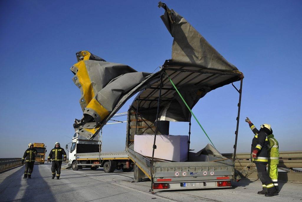 Hajdúböszörmény, 2017. január 6. Egy teherautó korábban felborult pótkocsijának ponyváját fújja a szél 35-ös fõúton, Hajdúböszörmény és Görbeháza között 2017. január 6-án. A pótkocsit a szél borította fel. MTI Fotó: Czeglédi Zsolt