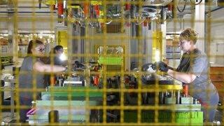Téglás, 2017. október 13. Szakemberek dolgoznak a HAJDU cégcsoporthoz tartozó Hajdúsági Ipari Zrt. és az Autotechnika Ipari Zrt. 5,4 milliárd forint értékû kapacitásbõvítõ fejlesztése részeként megépült gyártócsarnokában Tégláson az átadás napján, 2017. október 13-án. MTI Fotó: Czeglédi Zsolt