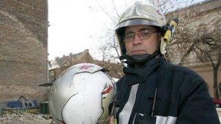 Budapest, 2007. január 29.Molnár Péter, a Fővárosi Tűzoltóparancsnokság szóvivője mutatja a sérült bukósisakot, ami az áldozat életét mentette meg. A VIII. kerületi Illés utcában egy háromemeletes ház tűzfalát bontotta meg a viharos szél, s a meglazult épületelemek mintegy 15 négyzetméternyi felületről hullottak le a szomszéd telken lévő autóparkolóra. A parkolóba épp akkor állt be egy motoros, s az egyik lezuhanó tégla fejen találta a bukósisakot viselő férfit, aki súlyosan megsérült.MTI Fotó: Füzesi Ferenc