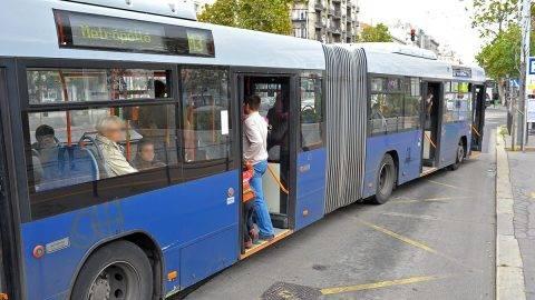 Budapest, 2011. október 8. A sérült metrókocsi elvontatásáig metrópótló buszok közlekedtek a 3-as metróvonalon. Egy füstölgő metrókocsi miatt riasztották a fővárosi tűzoltókat az Arany János utcai állomáshoz. A BKV szakemberei az utasokat a veszélyeztetett területről kivezették, és megkezdték a füstölő szerelvény oltását, amit a tűzoltók fejeztek be. MTI Fotó: Lakatos Péter