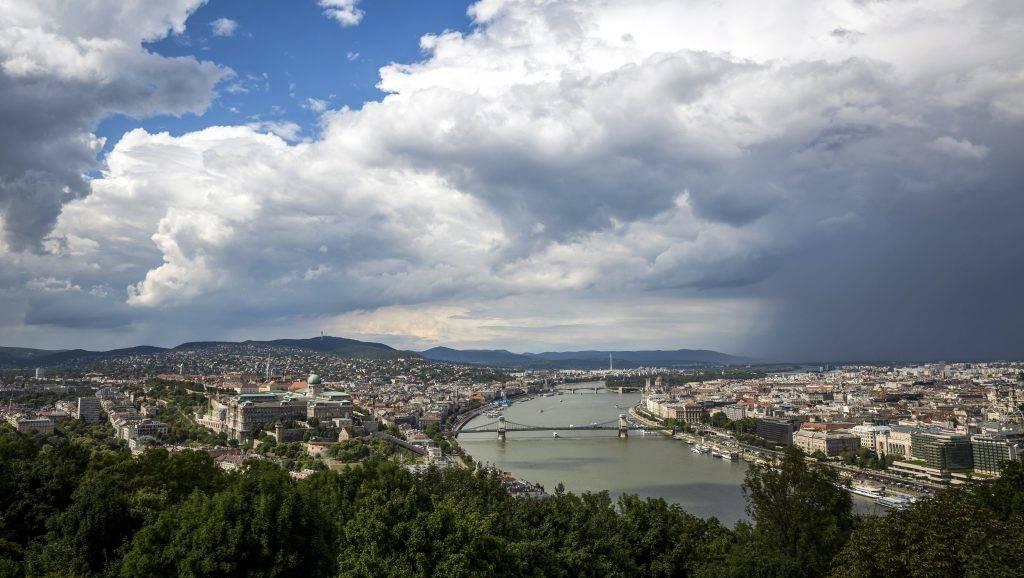 Budapest, 2017. július 26. Zivatarfelhõk Budapest felett a Gellért-hegyrõl fotózva 2017. július 26-án. MTI Fotó: Mohai Balázs