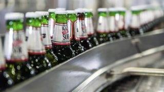 Csíkszentsimon, 2017. március 24. Gyártósor a Csíki Sör Manufaktúra csíkszentsimoni sörfõzdéjében 2017. március 24-én. Az Igazi Csíki Sör betiltásáról hozott január végi ítélet óta a sörfõzde Tiltott Igazi Sör néven gyártja a sört. MTI Fotó: Veres Nándor