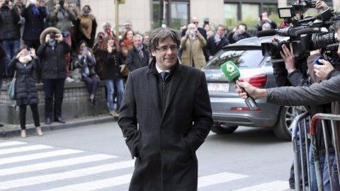 Brüsszel, 2017. október 31. Carles Puigdemont leváltott katalán elnök érkezik brüsszeli sajtótájékoztatójára 2017. október 31-én. Egy nappal korábban José Manuel Maza spanyol állami fõügyész büntetõeljárást kezdeményez a feloszlatott katalán kormány, valamint a katalán parlament elnökségének tagjai ellen lázadás, zendülés, hûtlen kezelés és egyéb bûncselekmények miatt. Puigdemont ügyvádje szerint a volt elnök egyelõre nem döntötte el, hogy politikai menedéket kér-e Belgiumban, ez az elkövetkezõ napok és hetek fejleményeitõl is függ. (MTI/AP/Olivier Matthys)
