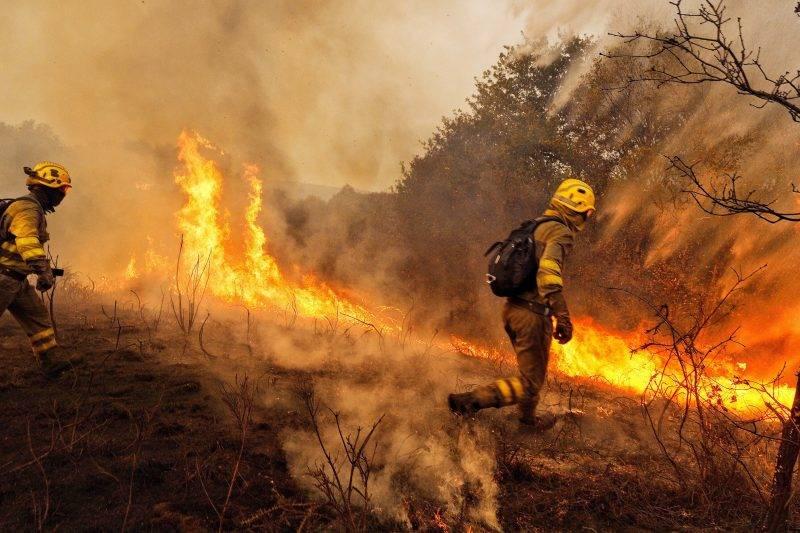 Pazos de Borben, 2017. október 16. Tûzoltók harcolnak a lángokkal az Északnyugat-Spanyolországban pusztító erdõtüzek egyik fészkénél, a galíciai Constante település közelében 2017. október 15-én. A szárazság és enyhe hõmérséklet miatt gyorsan terjedõ lángok eddig mintegy négyezer hektárnyi területet perzseltek fel a térségben. (MTI/EPA/Eliseo Trigo)