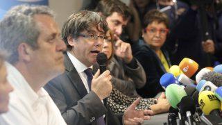 Brüsszel, 2017. október 31. Carles Puigdemont leváltott katalán elnök (k)sajtótájékoztatót tart Brüsszelben 2017. október 31-én. Egy nappal korábban José Manuel Maza spanyol állami fõügyész büntetõeljárást kezdeményezett a feloszlatott katalán kormány, valamint a katalán parlament elnökségének tagjai ellen lázadás, zendülés, hûtlen kezelés és egyéb bûncselekmények miatt. Puigdemont bejelentette, hogy nem kér politikai menedéket Belgiumban.(MTI/AP/Olivier Matthys)