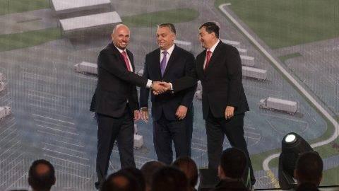 Tiszapüspöki, 2017. október 30. Kárpáti László, a Kall Ingredients Kft. többségi tulajdonosa, Orbán Viktor miniszterelnök és Mészáros Lõrinc, az Opus Global Nyrt egyik tulajdonosa (b-j) a kft. tiszapüspöki izocukorüzemének avatásán 2017. október 30-án. A magyar tulajdonban lévõ vállalat 2015-ben jött létre azzal a céllal, hogy GMO-mentes magyar kukoricából cukor- és keményítõféleségeket állítson elõ és értékesítsen. MTI Fotó: Szigetváry Zsolt