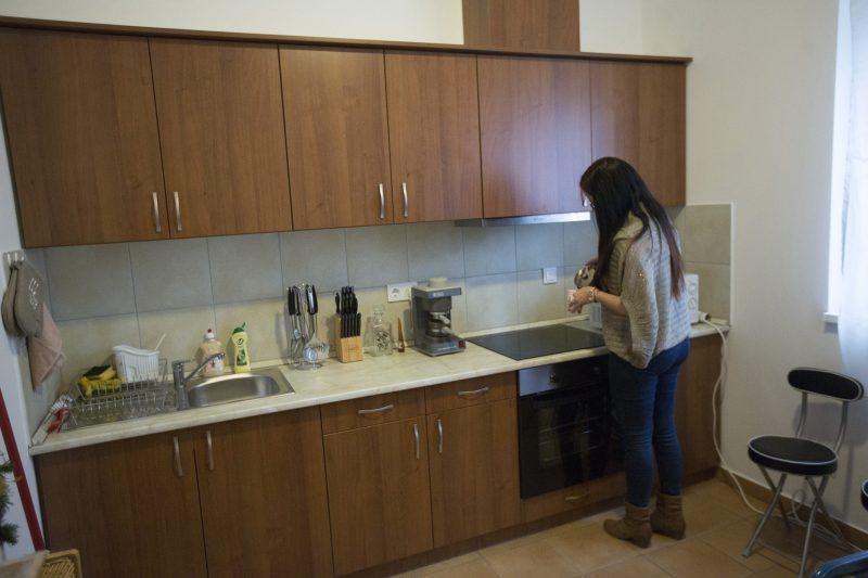 Maroslele, 2016. december 18.Tóth Katalin lakó egy új szociális bérlakás konyhájában a Csongrád megyei Maroslelén 2016. december 18-án Ezen a napon ünnepség keretében  adtak át hét új szociális bérlakást a településen. A lakások 48-52 négyzetméter alapterületűek, egyszobásak, egy másfél szobás van köztük. A lakásépítés célja, hogy a településhez kötődő fiatalokat ott tartsák.MTI Fotó: Rosta Tibor