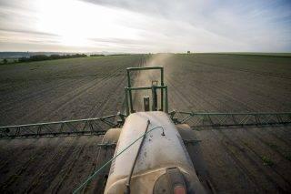 Somberek, 2017. május 18. Gyomirtót permetez egy traktor egy kukoricaföldön a Baranya megyei Somberek közelében 2017. május 18-án. MTI Fotó: Sóki Tamás