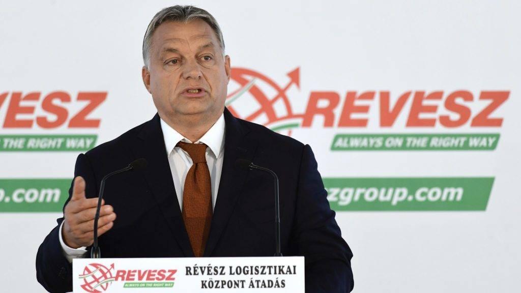 Nyíregyháza, 2017. október 11. Orbán Viktor miniszterelnök beszédet mond a Révész-Nyírlog Kft. új logisztikai központjának átadásán Nyíregyházán 2017. október 11-én. MTI Fotó: Szigetváry Zsolt
