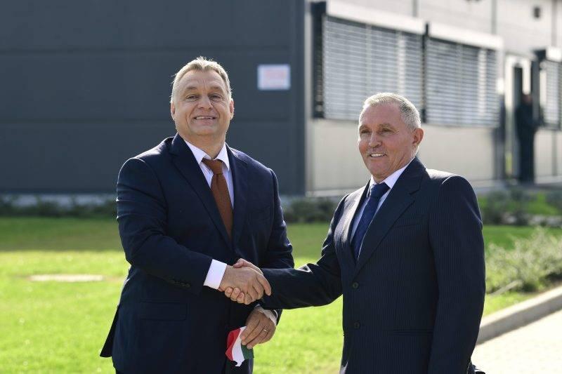 Nyíregyháza, 2017. október 11. Orbán Viktor miniszterelnök (b) és Révész Bálint, a Révész Cégcsoport tulajdonosa kezet fog a Révész-Nyírlog Kft. új logisztikai központjának átadásán Nyíregyházán 2017. október 11-én. MTI Fotó: Szigetváry Zsolt