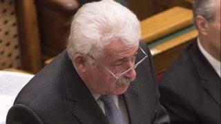 Budapest, 2017. október 24. Fónagy János, a Nemzeti Fejlesztési Minisztérium (NFM) parlamenti államtitkára kérdésre válaszol az Országgyûlés plenáris ülésén 2017. október 24-én. MTI Fotó: Szigetváry Zsolt