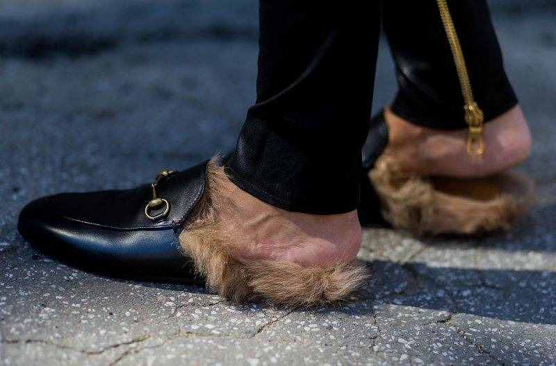 COLOGNE, GERMANY - August 25: Golestaneh Mayer-Uellner (@golestaneh) wearing black Princetown leather slipper with fur from Gucci on August 25, 2016 in Cologne, Germany. (Photo by Christian Vierig/Getty Images)