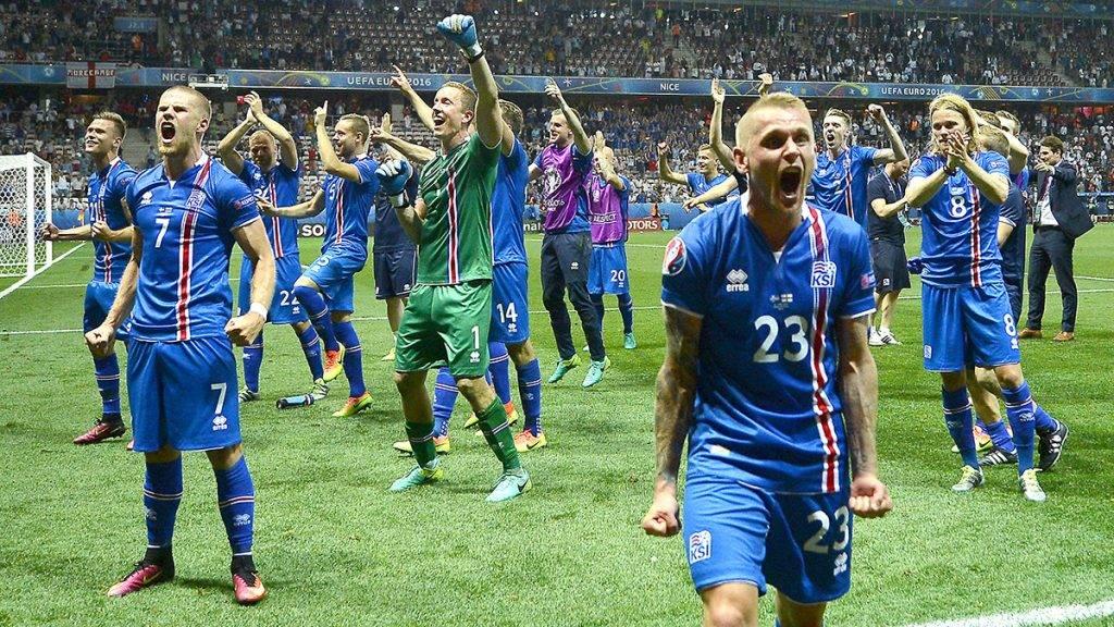 Nizza, 2016. június 27.Az izlandi csapat ünnepli győzelmét a franciaországi labdarúgó Európa-bajnokság nyolcaddöntőjében játszott Anglia - Izland mérkőzés végén a nizzai Allianz Riviera Stadionban 2016. június 27-én. Izland 2-1-re nyert.MTI Fotó: Illyés Tibor