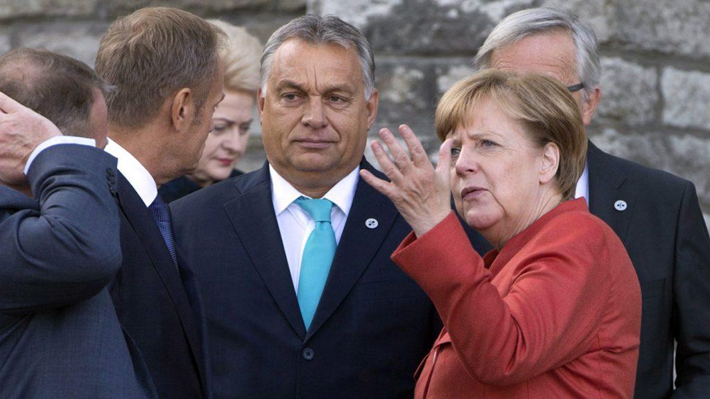 Tallinn, 2017. szeptember 29.Orbán Viktor miniszterelnök (j2), Angela Merkel német kancellár (j), Lars Lokke Rasmussen dán miniszterelnök (b), Donald Tusk, az Európai Tanács elnöke (b2) és Jean-Claude Juncker, az Európai Bizottság elnöke (takarva) az Európai Unió tallinni csúcstalálkozóján 2017. szeptember 29-én. (MTI/AP/Virginia Mayo)