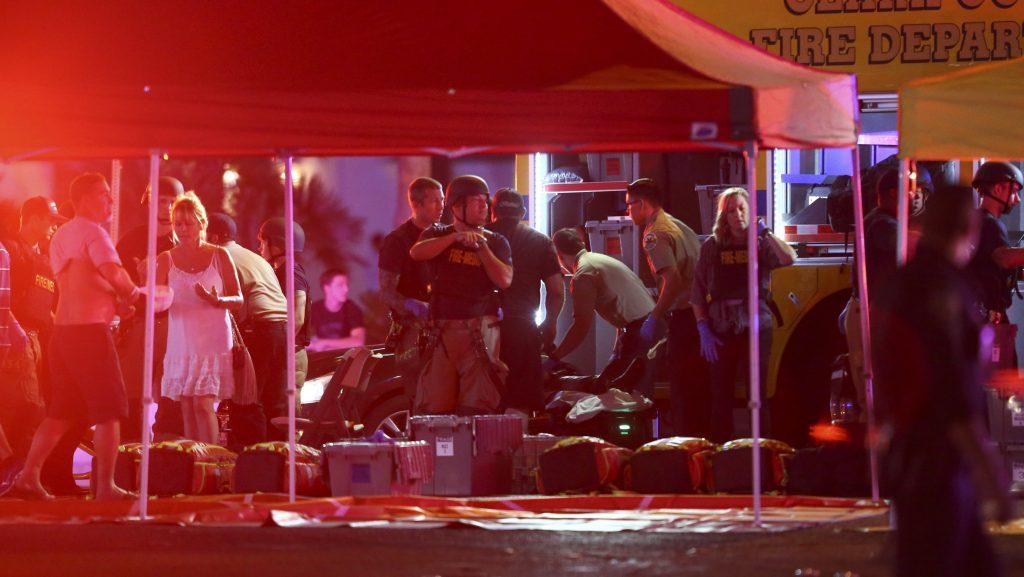 Las Vegas, 2017. október 2. Mentõk a Las Vegasban történt lövöldözés helyszínén 2017. október 1-jén. A legfrissebb jelentés szerint, amely egy kórházi szóvivõre hivatkozik, az incidensnek két halálos és 24 sebesült áldozata van. Az elkövetõt a rendõrök lelõtték. (MTI/AP/Las Vegas Review-Journal/Chase Stevens)