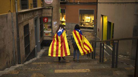 Barcelona, 2017. október 2.Katalán nemzetiszínű zászlókat viselő nők Gironában, a katalán függetlenségről tervezett, és a spanyol kormány által betiltott népszavazás után egy nappal, 2017. október 2-án. Az előzetes eredmények szerint a voksoló katalánok mintegy 90 százaléka szavazott a függetlenségre a spanyol kormány által illegálisnak mondott vasárnapi referendumon. (MTI/AP/Francisco Seco)