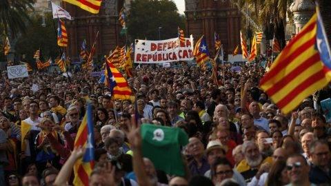 Barcelona, 2017. október 10.  Függetlenségpárti tüntetõk gyülekeznek a barcelonai katalán regionális parlamentnél, ahol Carles Puigdemont katalán elnök rendkívüli ülésen felszólal 2017. október 10-én. (MTI/AP/Francisco Seco)