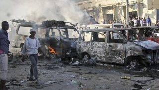 Mogadishu, 2017. október 15. Megsemmisült jármûvek a Safari nevû szállodánál a fõváros, Mogadishu Hodan körzetében, ahol teherautóba rejtett pokolgép robbant 2017. október 14-én. Késõbb autóba rejtett pokolgép robbant a Madina kerületben is. A kettõs merénylet halálos áldozatainak száma 85-re emelkedett, több tucatnyian megsebesültek. (MTI/AP/Farah Abdi Varszame)
