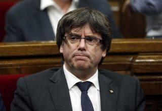 Barcelona, 2017. október 26.Carles Puigdemont katalán elnök a katalán parlament rendkívüli ülésén Barcelonában 2017. október 26-án. Az elnök az ülés előtt bejelentette, hogy nem ír ki előrehozott helyi parlamenti választásokat Katalóniában. (MTI/AP/Manu Fernandez)