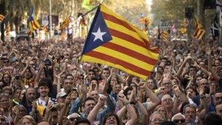 """Barcelona, 2017. október 27. Tüntetõk ünnepelnek a katalán parlament elõtt Barcelonában 2017. október 27-én, miután a katalán parlament függetlenségi pártjai megszavazták a független """"Katalán Köztársaság"""" létrehozását célzó javaslatot. (MTI/AP/Emilio Morenatti)"""