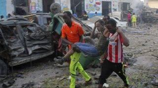 Mogadisu, 2017. október 28. Sebesült férfit visznek a szomáliai fõvárosban, Mogadishuban 2017. október 28-án, miután gépkocsiba rejtett pokolgép robbant egy szálloda elõtt. Kevéssel késõbb még egy autóbomba robbant egy volt kormányzati épületben. A kettõs merényletben legalább tizenhárman életüket vesztették, és tizenhatan megsebesültek. (MTI/EPA/Farah Abdi Varszame)