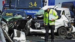 Sheppey-sziget, 2013. szeptember 5. Száznál is több jármû ütközött egymásba a Sheppey-szigetet a szárazfölddel összekötõ hídon a délkelet-angliai Kentben 2013. szeptember 5-én. A sûrû köd miatt bekövetkezett tömegbalesetben több százan megsérültek, legkevesebb nyolcan súlyosan. (MTI/EPA/Facundo Arrizabalaga)