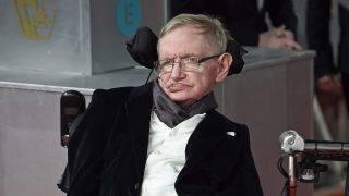 London, 2015. február 9.  Stephen Hawking brit elméleti fizikus a Brit Film- és Televíziós Mûvészeti Akadémia (BAFTA) díjkiosztóján a londoni Királyi Operaházban 2015. február 8-án. A Stephen Hawkingról szóló, A mindenség elmélete címû életrajzi dráma nyerte el a legjobb brit film díját, valamint a legjobb adaptált forgatókönyv díját is. A Hawkingot alakító Eddie Redmayne brit színész a legjobb színésznek járó elismerést vehette át. (MTI/EPA/Facundo Arrizabalaga)