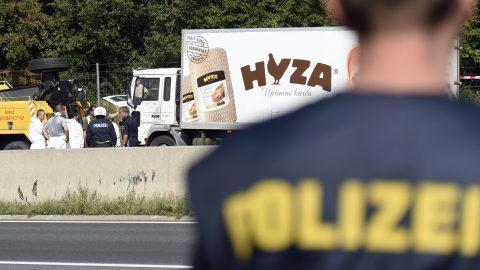 Parndorf, 2015. augusztus 27. Védõruhába öltözött helyszínelõk vizsgálnak egy teherautót az A4-es autópályán Pandorf közelében 2015. augusztus 27-én. A jármûben hetvenegy menekült holttestére bukkantak a hatóságok. (MTI/EPA/Herbert P. Oczeret)
