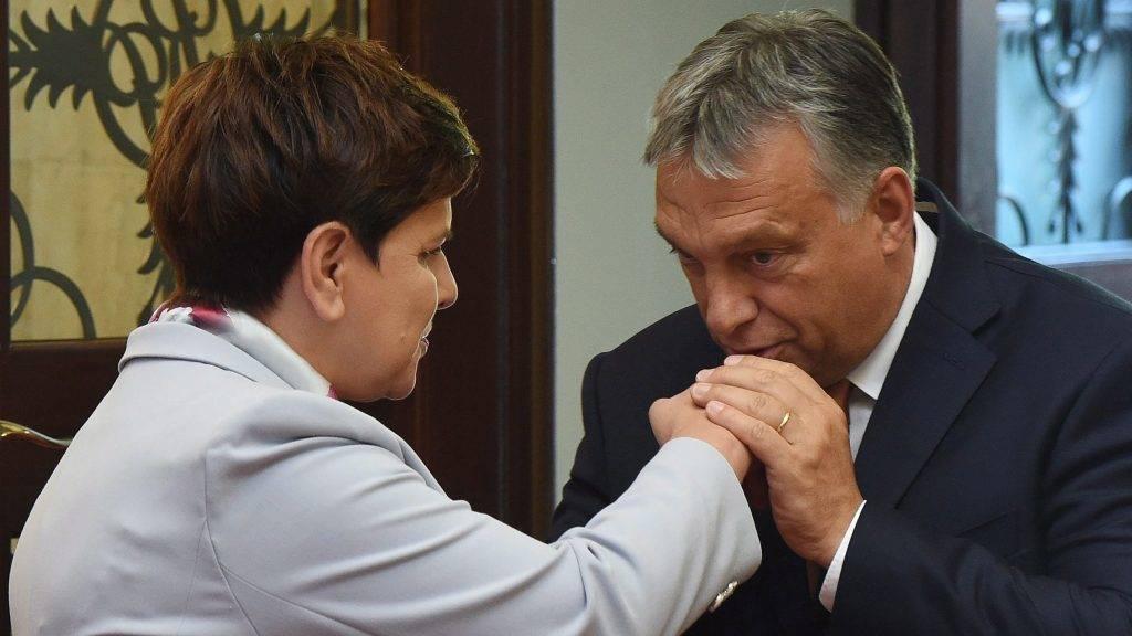 Varsó, 2016. augusztus 26. Orbán Viktor miniszterelnököt (j) fogadja lengyel hivatali partnere, Beata Szydlo a visegrádi országok (V4) csúcstalálkozója elõtt Varsóban 2016. augusztus 26-án. Csehország, Lengyelország, Magyarország és Szlovákia kormányfõi az Európai Unió jövõjérõl tárgyalnak a lengyel fõvárosban Angela Merkel német kancellár részvételével. (MTI/EPA/Radek Pietruszka)