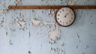 Pripjaty, 2017. április 6.Egy iskola falán megállt óra az ukrajnai Csernobil közelében fekvő Pripjatyban 2017. április 5-én. A csernobili atomerőmű 4-es reaktorblokkjában 1986. április 26-án bekövetkezett robbanás, a világ eddigi legsúlyosabb nukleáris balesete miatt 47 ezer embernek kellett elhgynia otthonát Pripjatyban. (MTI/EPA/Szerhij Dolzsenko)