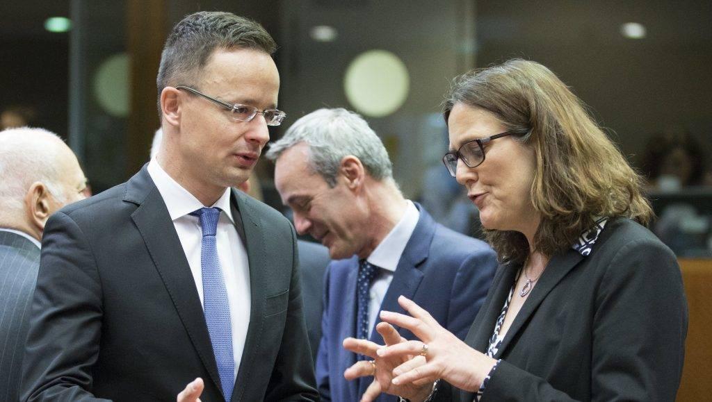 Brüsszel, 2017. május 11. Szijjártó Péter külgazdasági és külügyminiszter (b) és Cecilia Malmström, kereskedelempolitikáért felelõs uniós biztos beszélget a Külügyek Tanácsa (FAC) kereskedelmi formációjú ülésén Brüsszelben 2017. május 11-én. (MTI/EPA/Olivier Hoslet)