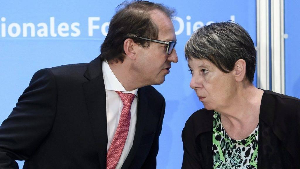 """Berlin, 2017. augusztus 2. Alexander Dobrindt közlekedési miniszter (b) és Barbara Hendricks környezetvédelmi miniszter a német kormány és az autógyárak """"dízelcsúcs"""" elnevezésû fórumán a közlekedési minisztérium berlini székházában 2017. augusztus 2-án. Hendricks bejelentette, hogy a gyártók több mint ötmillió dízelautó szoftverfrissítését végzik el önként a jármûvek károsanyag-kibocsátásának csökkentése érdekében. (MTI/EPA/Clemens Bilan)"""