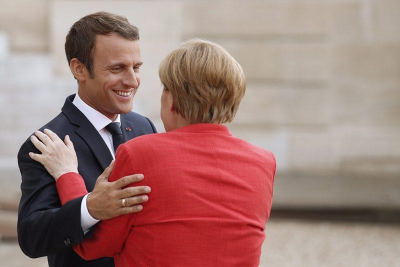 Párizs, 2017. augusztus 28.Emmanuel Macron francia államfő (b) Angela Merkel német kancellárt fogadja a Macron által kezdeményezett migrációs csúcstalálkozó kezdete előtt a párizsi elnöki rezidencia, az Elysée-palota ajtajában 2017. augusztus 28-án. (MTI/EPA/Yoan Valat)