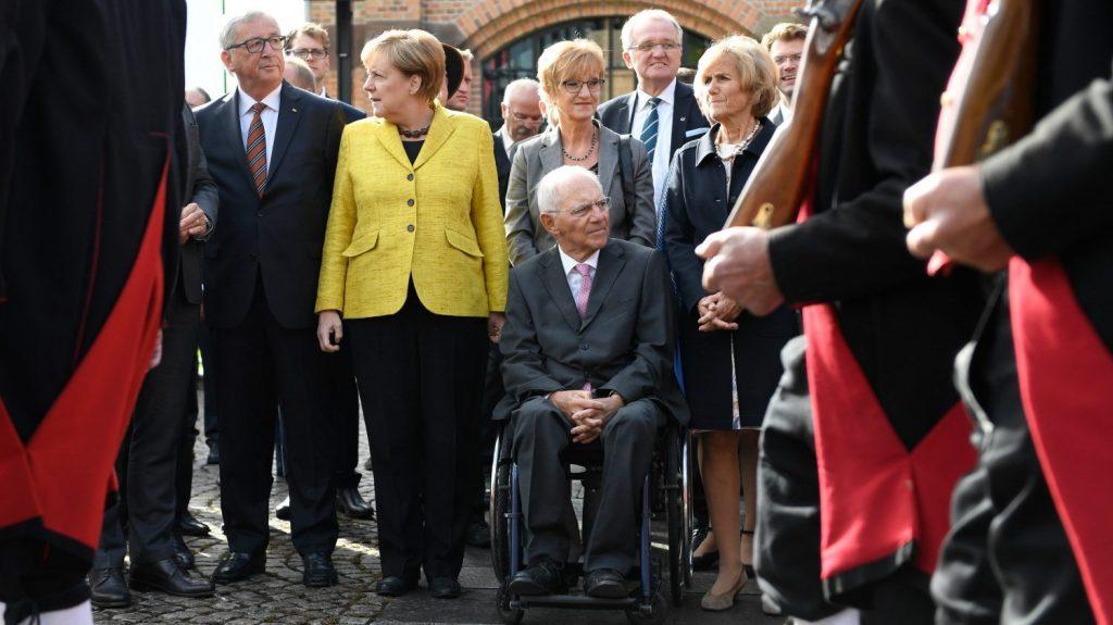 Offenburg, 2017. szeptember 18. Wolfgang Schäuble német pénzügyminiszter (kerekesszékben) a 75. születésnapja alkalmából tartott ünnepségen vesz részt a felesége, Ingeborg Schäuble (j), valamint Angela Merkel német kancellár (b2) és Jean-Claude Juncker, az Európai Bizottság elnöke (b) társaságában a Baden-Württemberg tartománybeli Offenburgban 2017. szeptember 18-án. (MTI/EPA/Daniel Kopatsch)