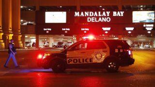 Las Vegas, 2017. október 2. Rendõr egy szolgálati jármûnél a Las Vegasban történt lövöldözés helyszínén, a Mandalay Bay Hotel és Kaszninónál 2017. október 2-ra virradóra. A Stephen Paddock helybéli lakosként azonosított magányos támadó egy könnyûzenei koncert hallgatóságából ötvennél több embert megölt és több mint kétszázat megsebesített, mielõtt a rendõrök lelõtték. (MTI/EPA/Paul Buck)