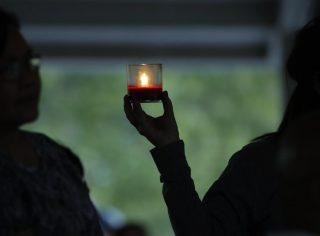 Las Vegas, 2017. október 4. Gyászolók az áldozatok emlékére gyújtott gyertyákkal virrasztanak Las Vegasban 2017. október 3-án. Két nappal korábban a 64 éves Stephen Paddock egy könnyûzenei koncert hallgatósága közül legkevesebb ötvenkilenc embert megölt és csaknem ötszázharmincat megsebesített automata fegyverével a Mandala Bay szálloda erkélyérõl, mielõtt magával is végzett. (MTI/EPA/Paul Buck)