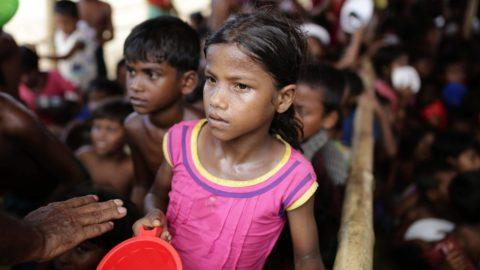 Ukhija, 2017. október 4. Mianmari rohingja gyerekek ételosztásra várnak egy szükségtáborban, a határ közelében fekvõ bangladesi Cox's Bazaar térségében, Ukhijánál 2017. október-én. Két nappal korábban Vin Mjat Aj mianmari szociális jóléti, segélyezési és áttelepítési miniszter az ENSZ Menekültügyi Fõbiztosságának (UNHCR) genfi ülésén kijelentette, hogy a többségében buddhisták lakta Mianmar készen áll az augusztus 25-i arakáni erõszakhullám elõl elmenekült több mint félmillió muszlim rohingja visszafogadására. (MTI/EPA/Abir Abdullah)
