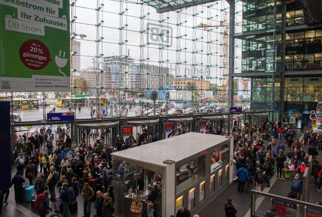 Berlin, 2017. október 6. Utasok várakoznak a berlini központi pályaudvaron 2017. október 6-án, az Észak-Németországban tomboló, Xavier elnevezésû vihar elvonulása után. Az elõzõ esti, óránkénti 110-120 kilométeres sebességû széllökésekkel érkezett viharban legkevesebb hét ember életét vesztette és sokan megsérültek. Berlinben teljesen leállt a közlekedés a villamosvonalakon és a városi gyorsvasúton (S-Bahn), a fõvárosi Schönefeld és Tegel nemzetközi repülõtereken akadozik a közlekedés. (MTI/EPA/Alexander Becher)
