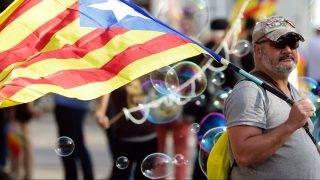 Barcelona, 2017. október 10.  Függetlenségpárti tüntetõ a katalán regionális parlamentnél Barcelonában 2017. október 10-én, a parlament rendkívüli ülése napján. Carles Puigdemont katalán elnök felszólal a törvényhozás esti ülésén, amelyen napirendre kerülhet Katalónia függetlenségének kinyilvánítása is. (MTI/EPA/José Coelho)