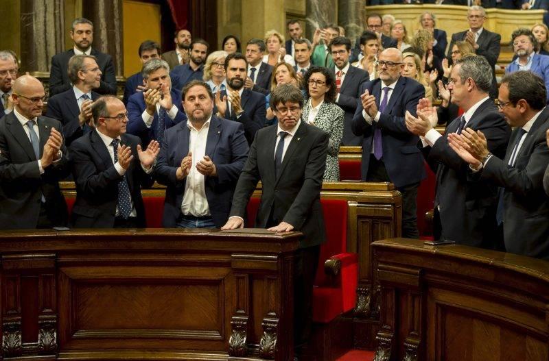 Barcelona, 2017. október 10. Carles Puigdemont katalán elnököt (elöl, középen) tapsolják katalán parlamenti képviselõk, miután felszólalt a regionális törvényhozás rendkívüli ülésén Barcelonában 2017. október 10-én. Puigdemont arról számolt be, hogy megítélése szerint az autonóm régió elnyerte a függetlenedés jogát, javasolni fogja azonban a katalán parlamentnek a függetlenség egyoldalú kinyilvánításának felfüggesztését, hogy tárgyalásokat folytathassanak Spanyolországgal. (MTI/EPA/Quiqe García)