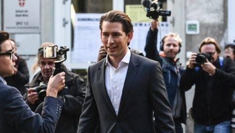 Bécs, 2017. október 15. Sebastian Kurz osztrák külügyminiszter, az Osztrák Néppárt (ÖVP) elnöke és kancellárjelöltje egy szavazóhelyiség elõtt az elõrehozott parlamenti választásokon Bécsben 2017. október 15-én. (MTI/EPA/Christian Bruna)