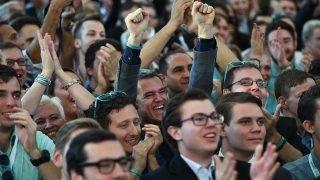 Bécs, 2017. október 15.Sebastian Kurz osztrák külügyminiszternek, az Osztrák Néppárt (ÖVP) elnökének és kancellárjelöltjének támogatói ünnepelnek, miután a szavazatok 30,5 százalékának megszerzésével a párt győzött az előrehozott parlamenti választásokon Bécsben 2017. október 15-én. (MTI/EPA/Christian Bruna)
