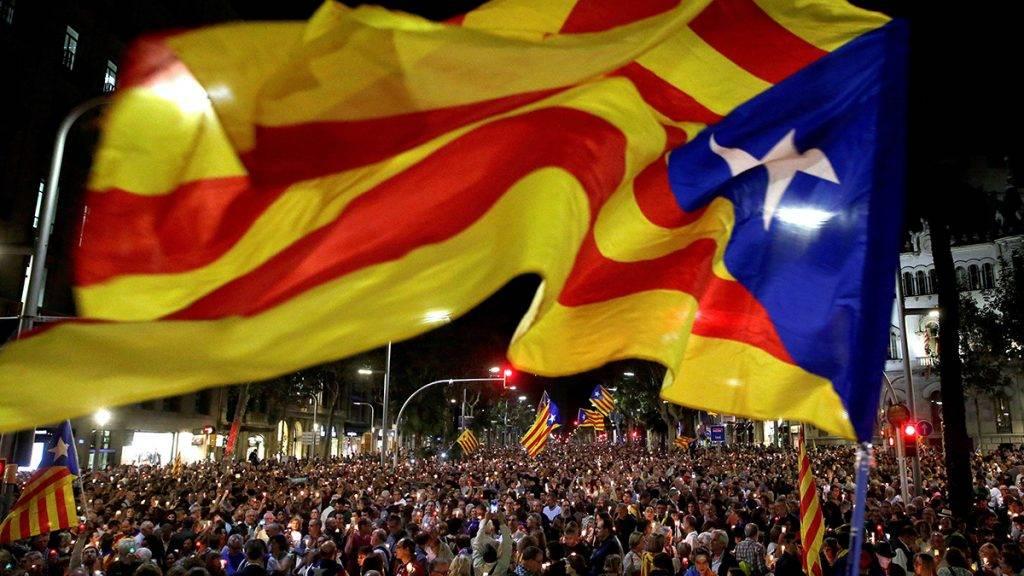 Barcelona, 2017. október 18.Tüntetők ezrei tiltakoznak két katalán függetlenségpárti vezető, Jordi Sanchez és Jordi Cuixart őrizetbe vétele ellen Barcelonában 2017. október 17-én. (MTI/EPA/Alberto Estevez)