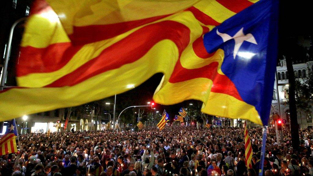 Barcelona, 2017. október 18. Tüntetõk ezrei tiltakoznak két katalán függetlenségpárti vezetõ, Jordi Sanchez és Jordi Cuixart õrizetbe vétele ellen Barcelonában 2017. október 17-én. (MTI/EPA/Alberto Estevez)