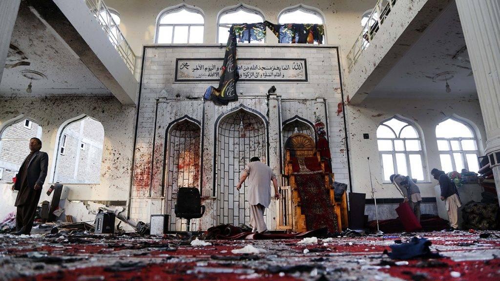 Kabul, 2017. október 23.Afgán férfiak egy nappal a kabuli síita mecsetben történt merénylet helyszínén 2017. október 21-én. A fővárosban és a nyugat-afganisztáni Gor tartományban elkövetett terrortámadás halálos áldozatainak a száma 43-ról 63-ra emelkedett, több tucatan megsebesültek. (MTI/EPA/Hedayatullah Amid)