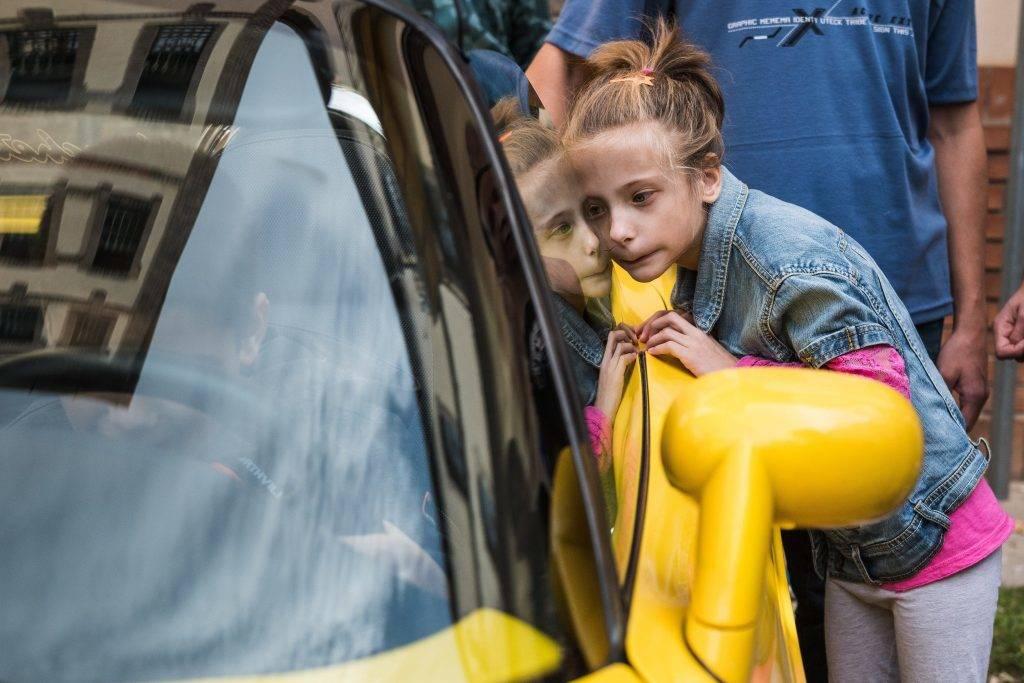 Budapest, 2017. október 13. A Vakok Általános Iskolája tanulója megérinti az Emberek Vagyunk Egyesület kabrió sportautóját a diákoknak tartott bemutatón a budapesti iskola udvarán 2017. október 13-án, a fehér bot napján. MTI Fotó: Márton Mónus
