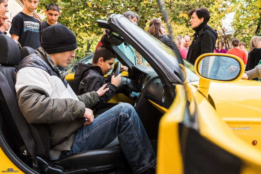 Budapest, 2017. október 13. A Vakok Általános Iskolája tanulói ülnek az Emberek Vagyunk Egyesület kabrió sportautójában a diákoknak tartott bemutatón a budapesti iskola udvarán 2017. október 13-án, a fehér bot napján. MTI Fotó: Márton Mónus