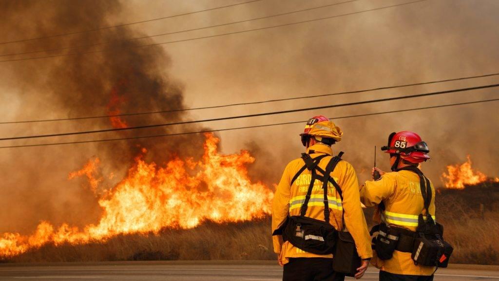 Anaheim Hills, 2017. október 10. Bozóttûz pusztít a kaliforniai Anaheim Hillsben 2017. október 9-én. Jerry Brown kormányzó az állam három megyéjében, Napában, Sonomában és Yubában szükségállapotot hirdetett. (MTI/EPA/John G. Mabanglo)